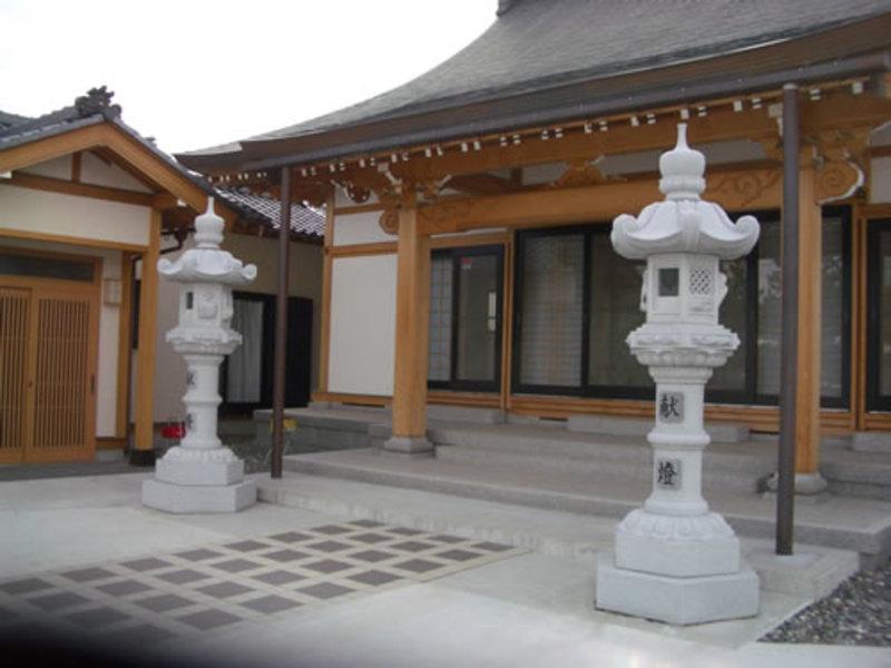 寺院の春日灯篭のサムネイル