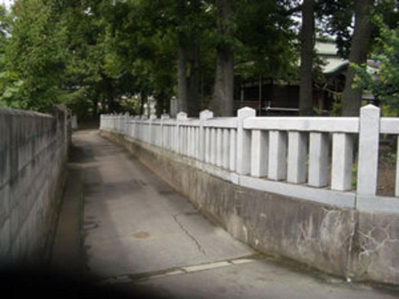 神社の石玉垣のサムネイル
